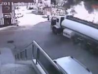 Odważny kierowca odjeżdża płonącą cysterną