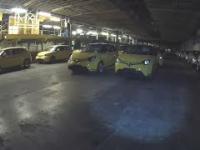 Nowe samochody opuszczone w środku fabryki