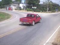 Motocyklista prawie zmiażdżona przez przeciążony pickup