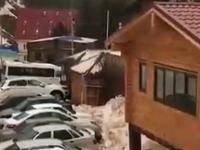Osunięcie śniegu na parking w rejonie Elbrus