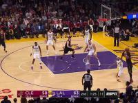 LeBron James zabawnie oszukuje przeciwników!