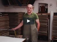 Jeden z ostatnich w Europie rzemieślników, wykonujących papier ręcznie