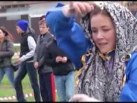 Rosjanka w tradycyjnym tańcu z szablami