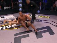 Pokaz chamstwa podczas walki MMA
