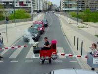 Rémi Gaillard przebrał się za pociąg aby strollować kierowców