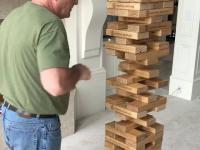 Tata okazuje się nieoczekiwanym mistrzem gry w jengę