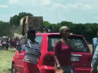 Przypadkowi gapie pomagają rozładować przewróconą ciężarówkę...