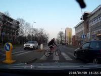 Przepuszczanie rowerzysty na dwupasmówce gdzieś we Wrocławiu.