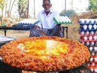 Dziadek Hindus robi ogromną jajecznicę