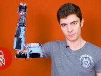 Chłopak zbudował protezę ręki z klocków Lego.