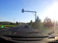 Słoweński TIR wyprzedza na skrzyżowaniu kierowcę usiłującego skręcić w lewo.