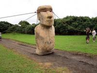 Jak chodzi posąg z wyspy Wielkanocnej