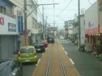 Pociąg przejeżdżający przez środek ciasnej ulicy