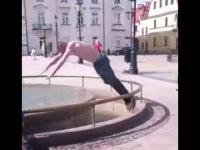 Sezon na sporty wodne rozpoczęty - skok do fontanny AFRODYTA