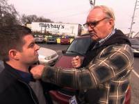 Dziennikarz dostaje po pysku od starszego Pana