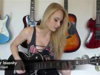 Ładna pani gra na gitarze