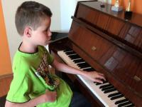 12 letni niewidomy chłopak gra na pianinie/keyboardzie