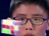 12 latek układa kostki Rubika...