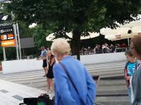 Ładna pani gra na skrzypcach w Kołobrzegu.
