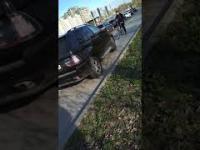 Rosja: Rowerzysta próbuje powstrzymać kierowce który jedzie po chodniku