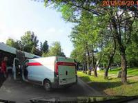Ucieczka sprawczyni, która wjechała samochodem Poczty Polskiej w autobus MPK