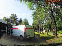 Ucieczka sprawczyni, która wjechała samochodem Poczty Polskiej w autobus MPK.
