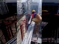 Malezyjscy pracownicy budowlani na drapaczu chmur