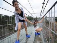 Efekt pękania na szklanym moście