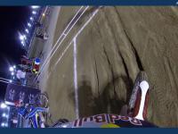 Wyścig żużlowy uchwycony kamerą na kasku zawodnika