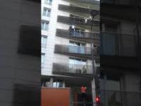 Ratowanie dziecka, które wisi na zewnątrz balkonu na wys. 4 piętra
