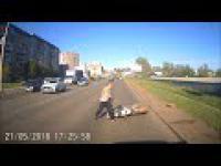 Szalony motocyklista kończy popis na jezdni