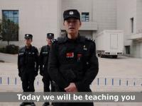 Chiński policjant prezentuje skuteczną obronę przed napastnikiem z nożem
