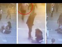 Damski bokser na ulicy dostaje z bani z powietrza od przypadkowego człowieka