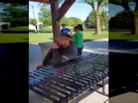 Dzieciak atakuje dorosłego faceta...