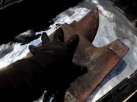 Próba zanurzenia 50 kg żelaznego kowadła w ciekłej rtęci