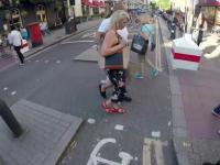 Rowerzysta znajduje sposób na irytujący pieszych na ścieżce rowerowej