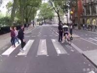 Pieszy na pasach uczy niepokornego rowerzystę przepisów ruchu drogowego