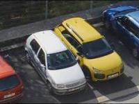 Parkowanie tyłem, kobieta za kierownicą