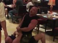 Cwaniak wygrażał kelnerkom. Uspokoił go mistrz UFC