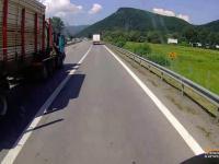 Kierowca ciężarówki wymusza pierwszeństwo i jeszcze się chwali, że dał lekcję...
