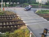 Kierowca nie zauważa zamkniętej zapory na przejeździe kolejowym.