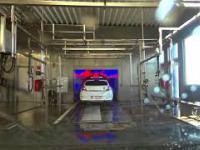 Tunel myjni samochodowej, widok z wnętrza samochodu
