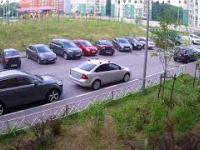 Kobieta próbuje wyjechać z parkingu