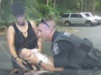 Policjant ratuje krztuszące się dziecko