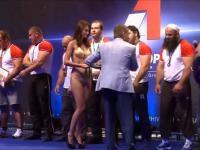 Reakcja muzułmańskiego sportowca na widok półnagiej dziewczyny w bikini