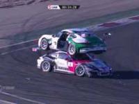 Nietypowe zderzenie podczas wyścigu samochodowego...