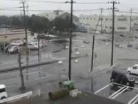 Niszczycielskie tsunami wdziera się do miasta