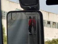 Imigrant próbuje się dostać do polskiego autokaru w Francji