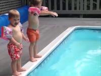 Mama uczy dzieci skoków do basenu