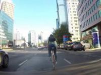 Taxi Bajer próbuje staranować rower